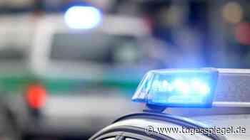 Polizeimeldungen aus Berlin : Wasserrohrbruch in Hermsdorf – Auto rutscht halb in Krater - Tagesspiegel
