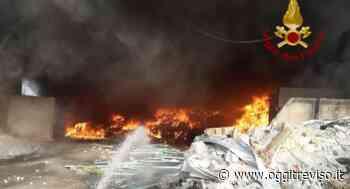 Incendio nell'ecocentro a Tombolo, intervento dei Vigili del Fuoco - Oggi Treviso