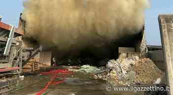 Incendio ed enorme colonna di fumo: fiamme nell'ecocentro di Tombolo - Il Gazzettino