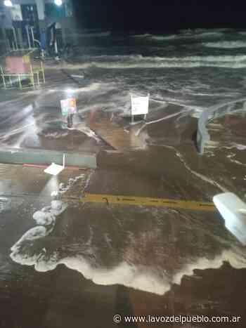 Monte Hermoso: una sudestada provocó que el mar supere la Costanera (video) - La Voz del Pueblo