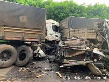 Acidente envolvendo caminhões deixa motorista gravemente ferido em Astorga - Jandaia Online