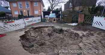 Hermsdorf: Wasserrohrbruch – Auto rutscht halb in Krater - Berliner Zeitung