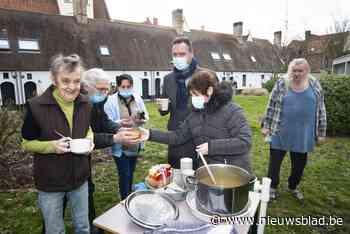 """Bewoners Godshuizen genieten van tas warme soep: """"Hart onder de riem in moeilijke tijden"""""""