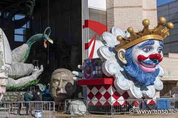 Carnevale Viareggio, su un carro Draghi e Conte con valigie - Agenzia ANSA