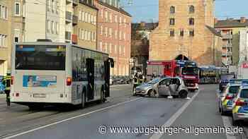 Sechs Menschen nach Karambolage zwischen Auto und Bus in Augsburg verletzt
