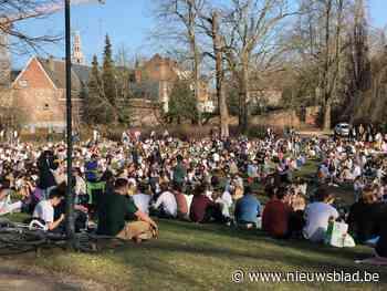 """Zon lokt talloze groepjes studenten naar stadspark: """"Zonder de politie zou het hier uit de hand kunnen lopen"""""""