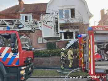 Bejaarde man komt om het leven bij zware woningbrand, vrouw kan wel worden gered: brandversnellers aangetroffen