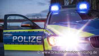 Frau gerät in Wolfenbüttel zwischen PKW und Schranke