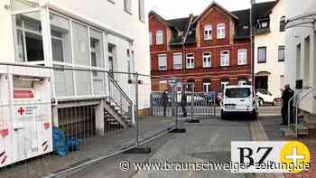Corona: Asylunterkunft in Helmstedt mit Bauzaun abgeriegelt