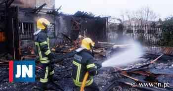 Incêndio no antigo centro de saúde de Vila do Conde - Jornal de Notícias