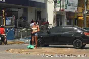 Mulher fica pelada de frente à Caixa Econômica de Cajazeiras e grita em forma de protesto - Diário do Sertão