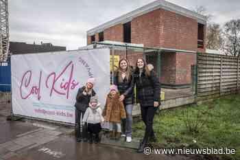 """Zussen Sara en Sofie bouwen nieuwe kinderopvang: """"Tijd voor iets nieuws nu dochtertje geneest van kanker"""""""