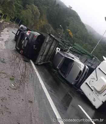 Carreta cegonha tomba e interdita BR-116 em Campina Grande do Sul - Mobilidade Curitiba