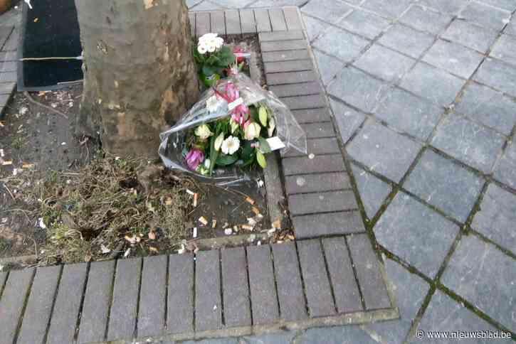 Bloemen voor dakloze Mike op stoep waar hij overleden is