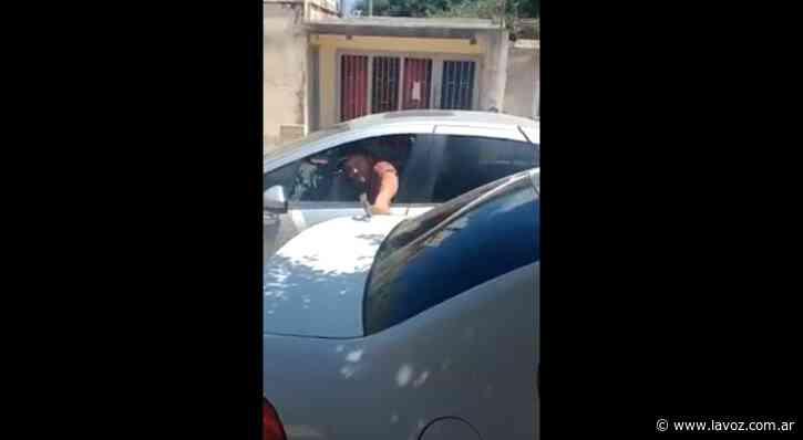 Video: un hombre fue detenido en oncativo tras romper con un martillo el auto de su expareja - La Voz del Interior
