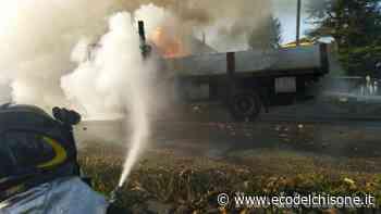 Airasca: autocarro in fiamme in via Roma, l'intervento dei Vigili del fuoco - L'Eco del Chisone