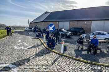Zaterdag mag het niet, dus komen koersliefhebbers nu al renners spotten langs parcours Omloop Het Nieuwsblad - Het Nieuwsblad