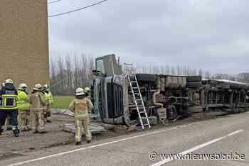 Truck met oplegger kantelt in gracht in Gingelom