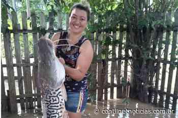 Em Sena, moradora encontra peixe gigante em seu quintal após vazante do Rio Iaco - ContilNet Notícias