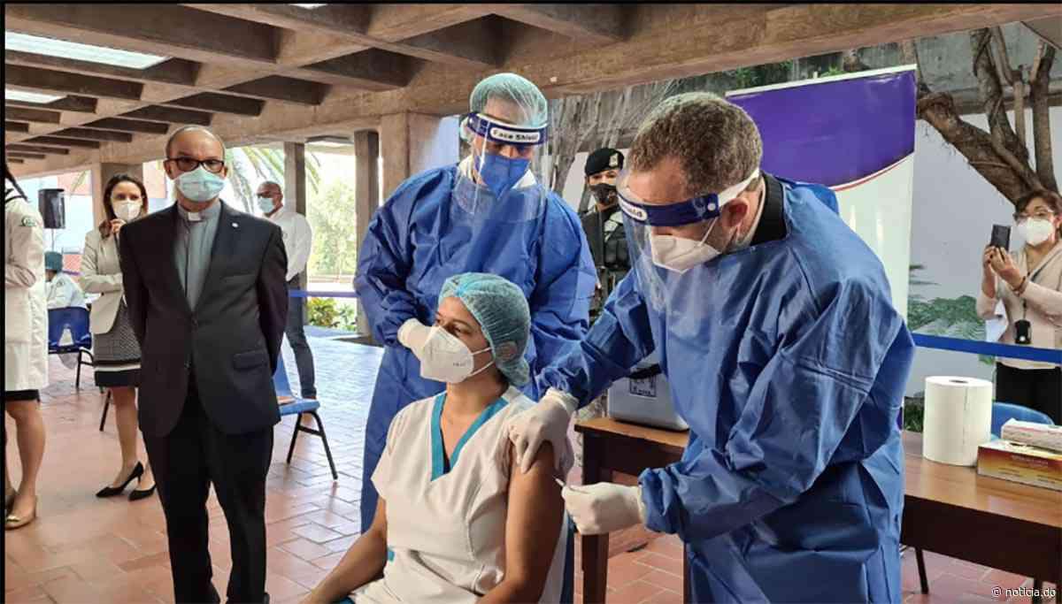 Punto fijo vacunación contra Covid PUCMM Santiago | Noticia.do - noticia.do