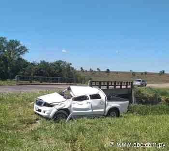 Muere una mujer tras volcar una camioneta en Caapucú - Nacionales - ABC Color