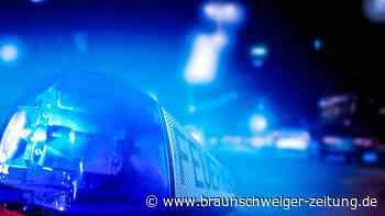 Auto kommt auf Gifhorner Schillerplatz von Fahrbahn ab