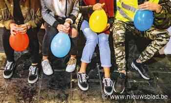 Jongeren bouwen lachgasfeestje in auto