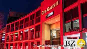 Wolfsburger City-Galerie am Montagabend rot erleuchtet