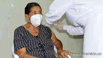 En Hatonuevo se vacunó contra covid-19 a la primera adulta mayor - EL HERALDO