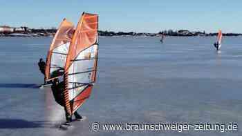 Eissurfer flitzen über die finnische Ostsee