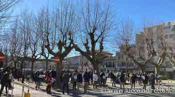 Covid e commercio in crisi, in piazza anche a Viareggio per le riaperture - Luccaindiretta - LuccaInDiretta