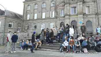 La Souterraine : inquiets pour l'avenir, les élèves du lycée Raymond Loewy font un sit-in - France Bleu