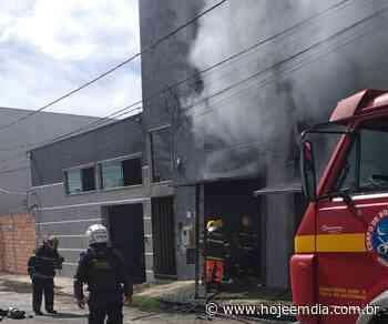 Incêndio atinge fábrica de calçados em Nova Serrana, no Centro-Oeste; Bombeiros estão no local - Hoje em Dia