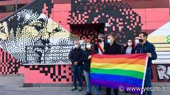 Roma, nuovo murale al Tufello: un bacio tra due donne rivoluziona la città - Yeslife