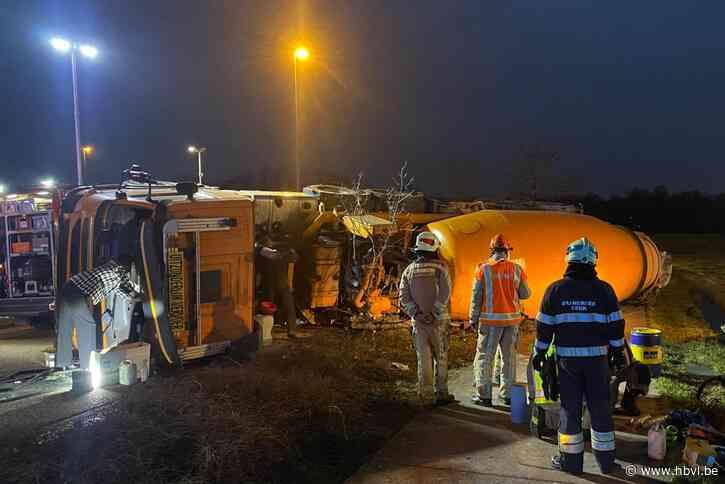 Betonmixer kantelt om in bocht industrieterrein Zwartberg: bestuurder zwaargewond