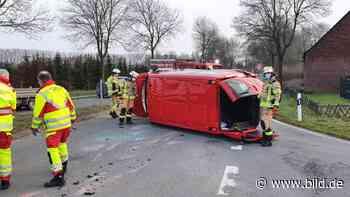 Xanten: Unfall mit Smart! Taxibus kippt um – 3 Verletzte - BILD