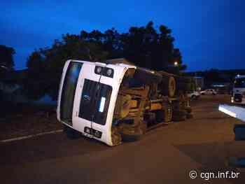 Caminhão carregado com recicláveis tomba em Santa Izabel do Oeste - CGN