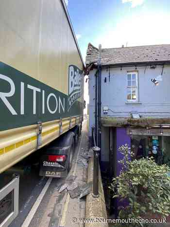 Roof damaged after lorry crashes into Fordingbridge pub - Bournemouth Echo