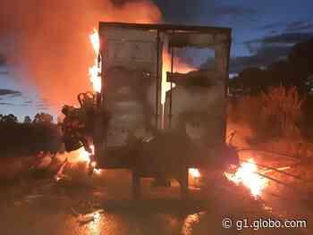 Carreta pega fogo na BR-262, em Campos Altos - G1