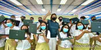 Gobierno entrega computadoras a estudiantes del Instituto Nacional de Ataco, Ahuachapán - Diario La Huella