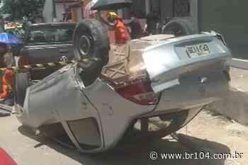 Carro desgovernado desce ladeira, atropela pedestres e capota em Satuba - BR 104