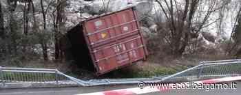 Zogno, container si stacca dal tir e piomba sulla pista ciclabile - Foto - L'Eco di Bergamo