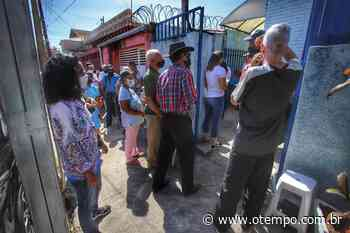 Coronavírus: idosos passam madrugada na fila para vacinação em Pedro Leopoldo - O Tempo