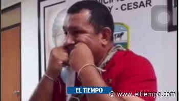 Insólito: un alcalde del Cesar limpia sus dientes con el tapabocas - El Tiempo