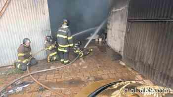 Bombeiros combatem incêndio em barracão de reciclagem em Piraju - G1