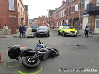 Motorrijder snelt centrum in en kan auto niet ontwijken, zwaargewond aan benen