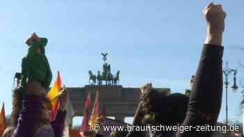 Massenkundgebung in Berlin zum Weltfrauentag
