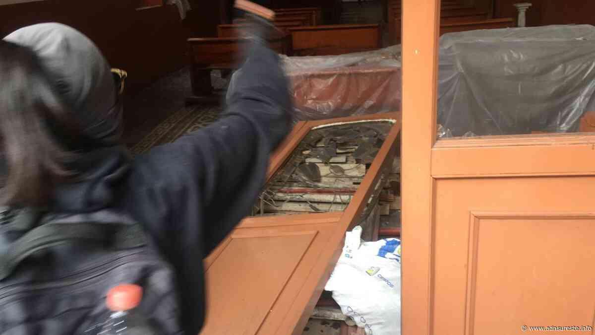 Mujeres rompen puerta de la iglesia de San Cosme y San Damián, y hacen destrozos (17:55 h) - ADNl sureste