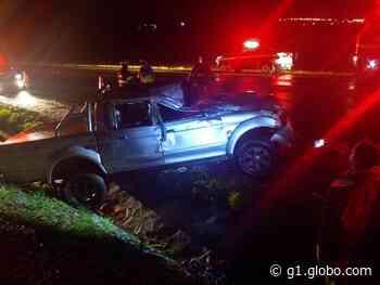 Duas pessoas ficam feridas após caminhonete capotar em Borborema - G1
