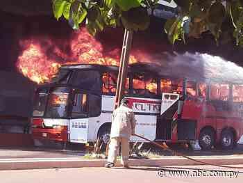 Incendio consumió un bus de transporte público en Edelira - Nacionales - ABC Color